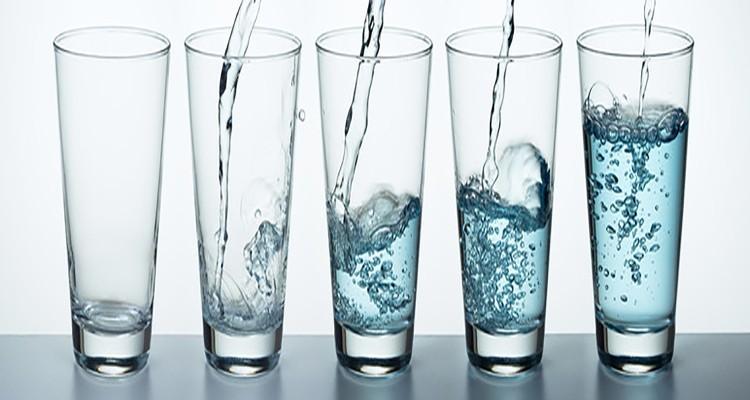 روزانه چند لیوان آب باید بنوشیم؟