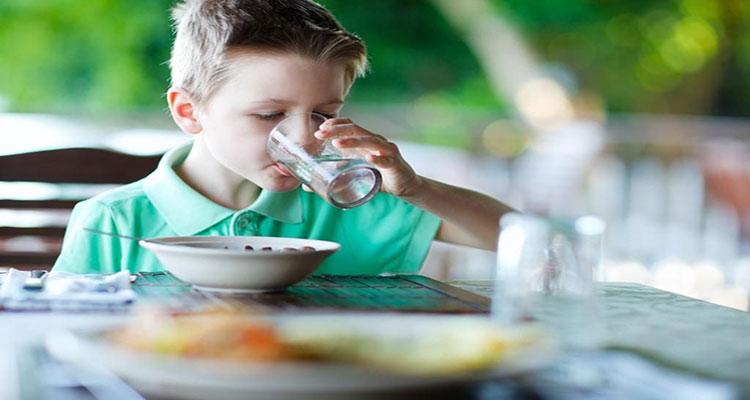نوشیدن آب هنگام غذا مفید است یا مضر؟