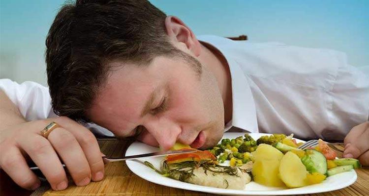 چرا بعد از غذا خوردن احساس خواب آلودگی میکنیم؟