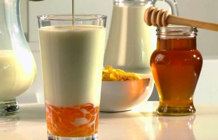 حل کردن عسل در شیرداغ