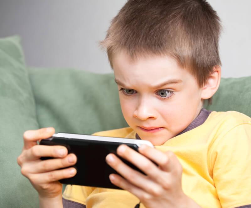 تدابیر کاهش هوارض تبلت و گوشی در کودکان