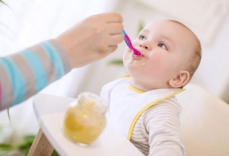شروع غذای کمکی نوزادان در چ زمانی و با چه غذاهایی؟